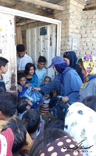 توزیع کیف مدرسه و لوازم تحریر در مناطق سیل زده آق قلا و گنبد کاووس
