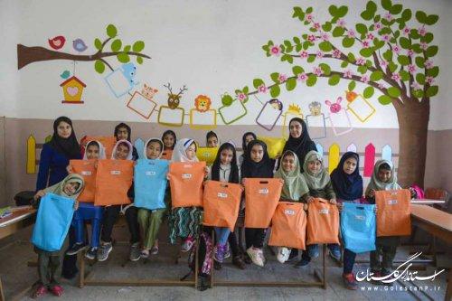 130 بسته لوازم التحریر بین دانش آموزان مدرسه مهربانی توزیع شد