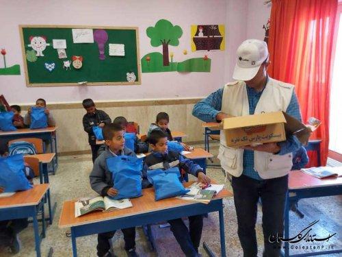 توزیع بیسکویت و بسته های بهداشتی در مدارس مناطق محروم گرگان و آق قلا